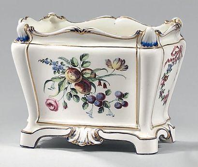 * Cuvette «à fleurs à tombeau» (3e grandeur)...