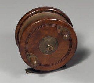 Moulinet en bois et cuivre (type Nottingham)...