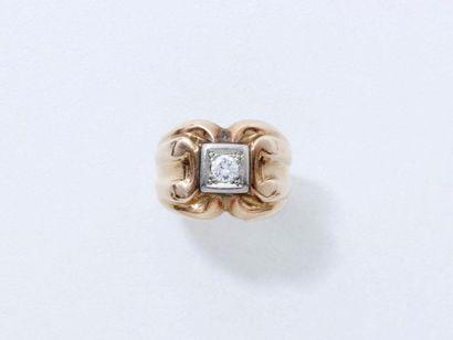 Bague en or 750 millièmes, ornée d'un diamant...