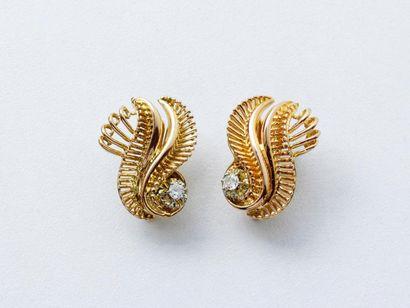 Paire de boucles d'oreilles en fils d'or...