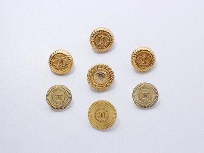 CHANEL Lot en métal doré, composé de 7 boutons...