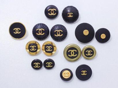 CHANEL Lot en métal doré, résine, tissu et...