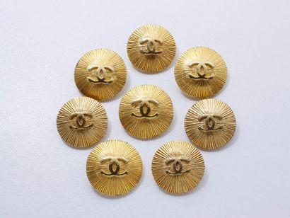 CHANEL Lot en métal doré, composé de 8 boutons...