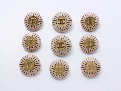 CHANEL Lot en métal doré et résine de couleur...