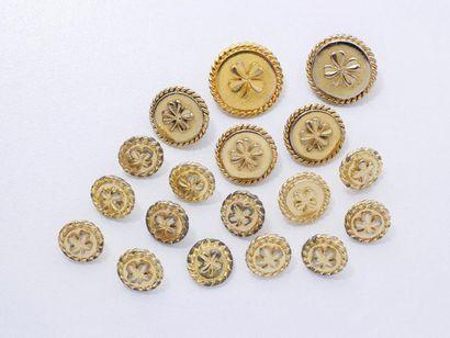 CHANEL Lot en métal doré, composé de 18 boutons...