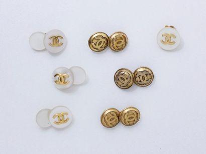 CHANEL Lot en métal doré, composé de 6 boutons...
