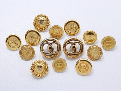 CHANEL Lot en métal doré, composé de 14 boutons...