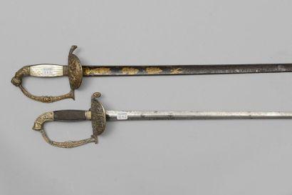 Une épée d'officier, garde en laiton ciselée,...