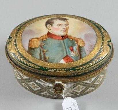 Coffret ovale en porcelaine de Paris, décor...