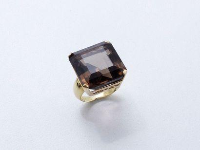 Bague en or 750 millièmes, orné d'un quartz...