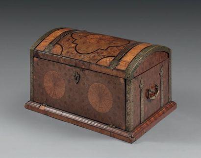 Coffre marqueté de bois de rose et bois de...