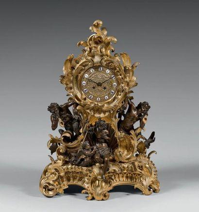 Pendule en bronze ciselé, doré ou patiné,...