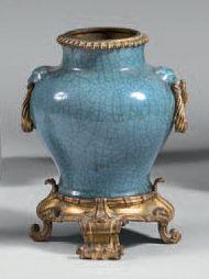 Vase en céladon craquelé et bronze ciselé...