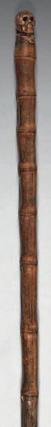 Canne en bambou; le pommeau en forme de vanité,...