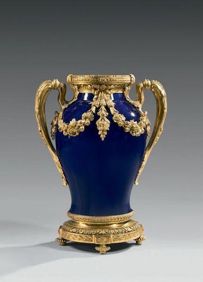 Important vase en porcelaine à fond bleu;...
