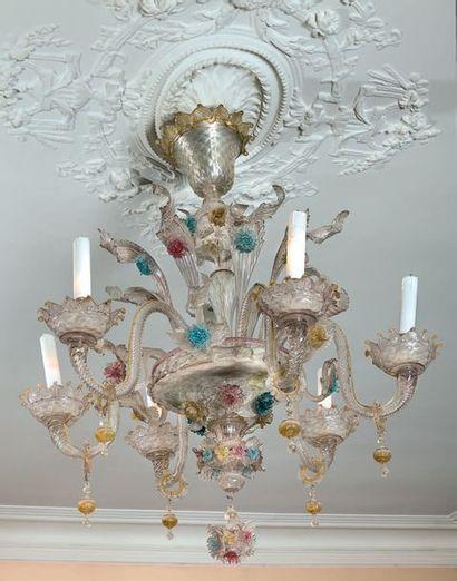 Lustre à six lumières en verre blanc et coloré...
