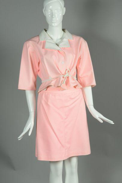 COURREGES Paris circa1997  Magnifique tenue en en coton rayé rose, blanc composée...