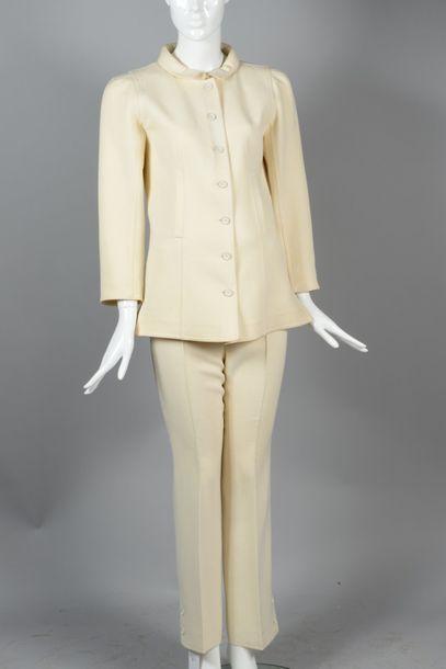 COURREGES Paris circa1995  Ensemble en lainage écru composé d'une veste d'allure...