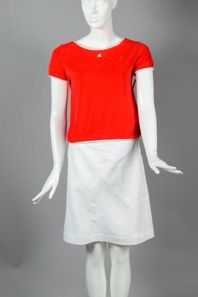 COURREGES  Ensemble composé d'un top en velours de coton rouge gansé blanc, petites...
