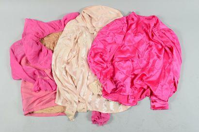Anonyme  Lot composé de trois blouses diverses...