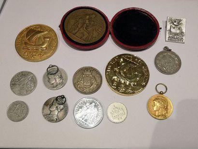 Lot de treize médailles (Paris, Travail...)...