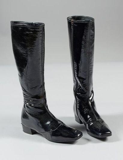 PRADA  Paire de bottes zippées en cuir vernis...