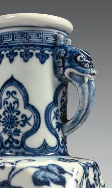 CHINE Vase en porcelaine de forme balustre à large piédouche, la panse carrée à pans...