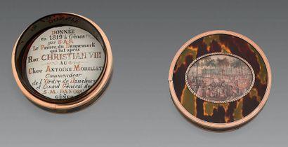 Tabatière ronde en écaille cerclée d'or, couvercle orné d'une miniature ovale sur...