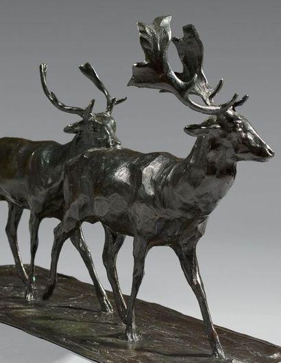 BUGATTI Rembrandt (1884-1916) «Deux daims se suivant». Épreuve en bronze à patine...