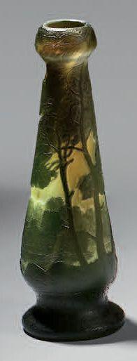 LEGRAS Vase balustre sur piédouche. Épreuve de tirage industriel réalisée en verre...