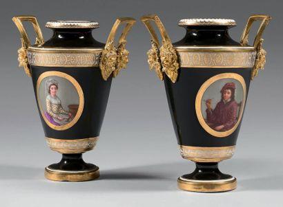 Paire de vases en porcelaine de Paris à montures...