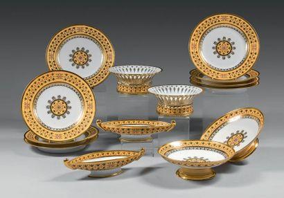 Partie de service en porcelaine de Sèvres du début du XIXème siècle Marques en rouge...