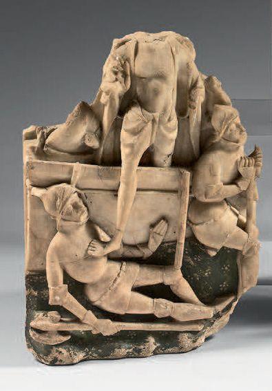 Rare fragment en albâtre sculpté en haut-relief...