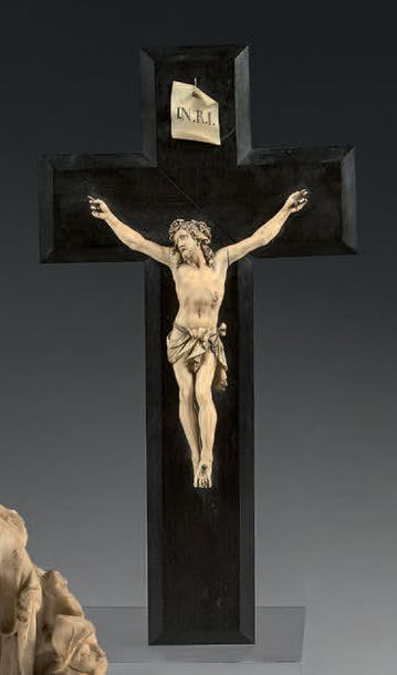Crucifix en ivoire finement sculpté; le Christ...