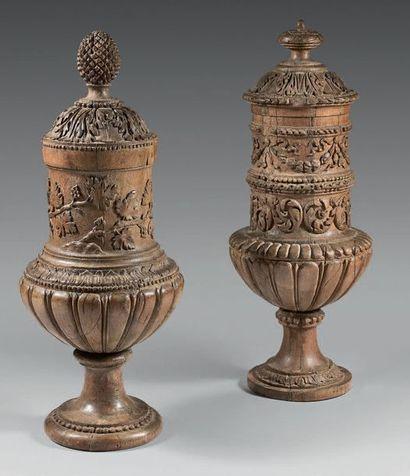 Deux vases en pendants en chêne mouluré et...