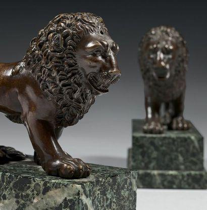 Paire de statuettes en bronze finement ciselé et patiné; ils représentent des lions...