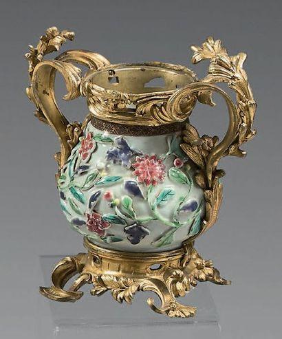 * Vase en porcelaine à fond blanc et décor...
