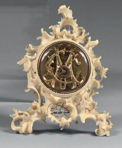 Pendulette en ivoire finement sculptée et...