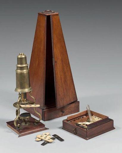 Microscope en laiton poli; signé Pyefinch...