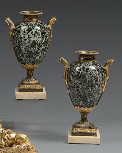 Paire de vases ovoïdes simulés en bronze...
