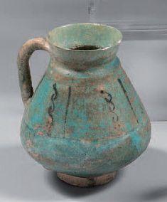 Iran. Pichet en céramique turquoise à panse...