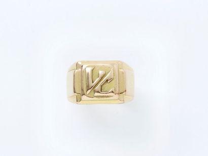 Bague chevalière en or 750 millièmes, monogrammée...