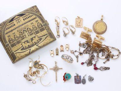 Lot en or 750 millièmes, composé de 3 pendentifs...