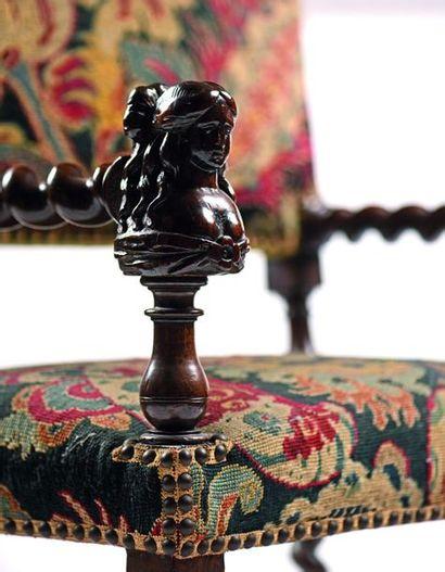 Exceptionnelle chaise à bras en noyer à piétement torse à double balustre central....