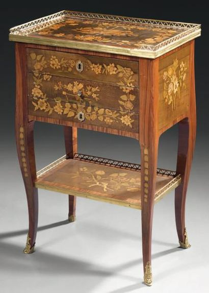 Rare table de salon à toutes faces de forme rectangulaire en placage de bois indigène...