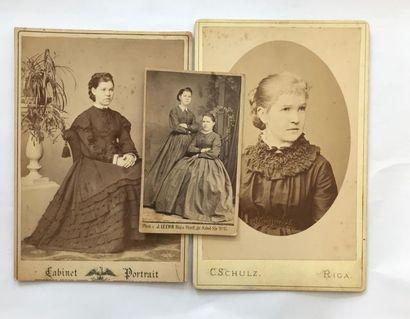 Trois portraits photographiques de différents...