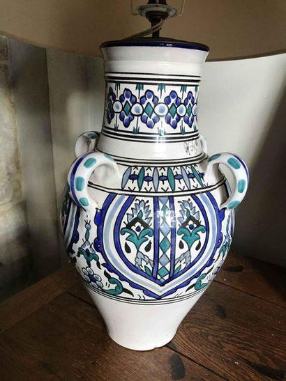Lampe en faïence à décor bleu et blanc à...