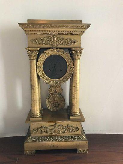 Pendule portique en en bronze doré à décor...
