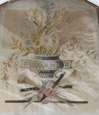 Soie brodée décor de vase fleuri et trophée...