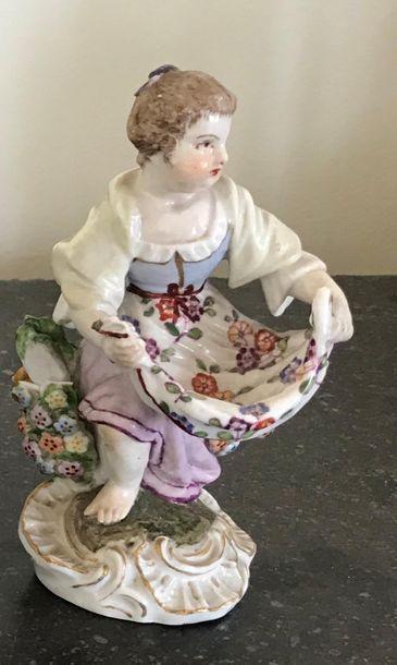 Sujet en porcelaine polychrome Jeune femme...